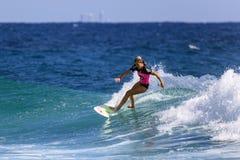 La persona que practica surf no identificada compite con el Quiksilver y a Roxy Pro World Title Event Imagen de archivo