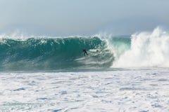 La persona que practica surf que practica surf limpia hacia fuera la onda Imagenes de archivo