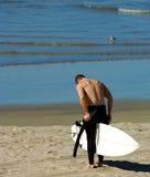 La persona que practica surf quita el Wetsuit Imagen de archivo libre de regalías