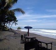 La persona que practica surf, resaca, día soleado, océano, mar, cielo, azul, agua, playa, isla, Bali, Indonesia, amor viaja, día  fotos de archivo libres de regalías