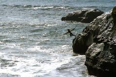 La persona que practica surf salta Fotografía de archivo libre de regalías