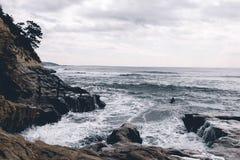 La persona que practica surf se bate hacia fuera en Kamakura, Japón fotos de archivo libres de regalías