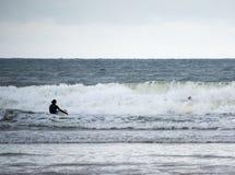 La persona que practica surf tiene un trapo hacia fuera Imagen de archivo