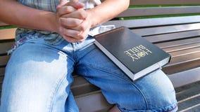 La persona ruega con la Sagrada Biblia almacen de video