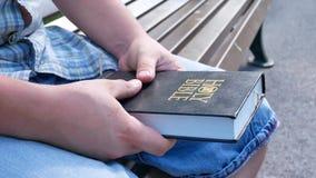 La persona ruega con la Sagrada Biblia metrajes