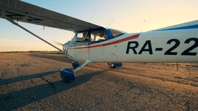 La persona se sienta en una carlinga, navegando un avión en una pista 4K metrajes