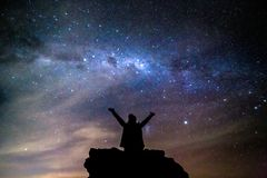 La persona silueteada graniza el cielo nocturno estrellado de la vía láctea del cosmos fotos de archivo libres de regalías
