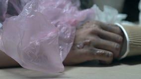 La persona sin hogar infectada sufre de los dolores, enfermedades contagiosas en suciedad de la calle metrajes