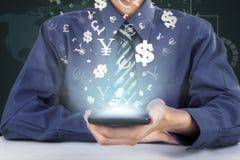 La persona sostiene el teléfono móvil con la muestra de moneda Foto de archivo libre de regalías