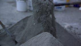 La persona spala la sabbia archivi video