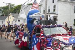 La persona in un costume della balena guida nella parte posteriore di un camion nel Wellfleet, mA quarto della parata di luglio Fotografia Stock Libera da Diritti