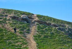 La personne allante-vers le bas, roches Photographie stock