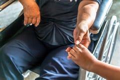 La personne blessée s'asseyent sur le fauteuil roulant Photos libres de droits