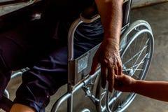 La personne blessée s'asseyent sur le fauteuil roulant Photographie stock