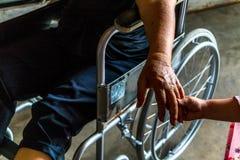 La personne blessée s'asseyent sur le fauteuil roulant Images libres de droits