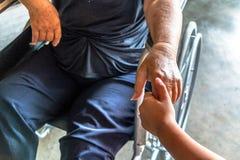 La personne blessée s'asseyent sur le fauteuil roulant Photos stock