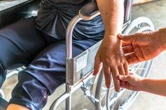 La personne blessée s'asseyent sur le fauteuil roulant Image libre de droits