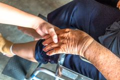 La personne blessée s'asseyent sur le fauteuil roulant Image stock