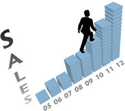 La personne d'affaires monte le diagramme vers le haut de commercialisation de ventes Photo libre de droits