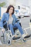 La personne dans le fauteuil roulant fait face à des difficultés avec le transport Photo libre de droits