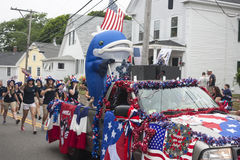 La personne dans un costume de baleine monte derrière un camion dans le Wellfleet, mA 4ème de défilé de juillet Photographie stock libre de droits