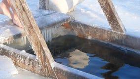 La personne est immergée dans l'eau froide, jour, hiver, ensoleillé banque de vidéos