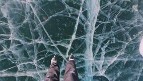 La personne est patinage de glace au jour POV Homme pour monter des patins de glace d'hockey en nature Amusement extérieur d'hive banque de vidéos