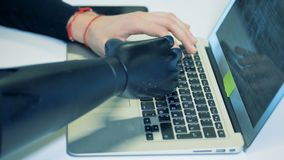 La personne handicapée dactylographie sur un clavier d'ordinateur portable, écrivant une lettre 4K clips vidéos