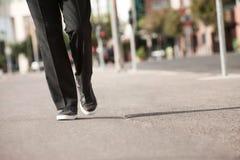 La personne marche dans un procès et des espadrilles Photos libres de droits
