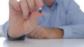La personne sûre recommandent un nouveau traitement montrant à disposition une capsule médicale image stock