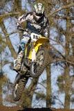 La personne sautant sur la saleté ou le vélo de motocross Photographie stock libre de droits