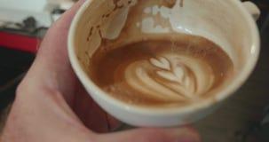 La personne soulève la tasse de café à moitié pleine pour boire clips vidéos