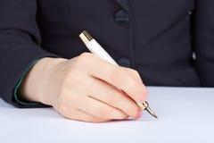 La personne soussigne un crayon lecteur d'or Images stock