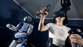 La personne utilise la vitesse de VR tout en jouant des jeux vidéo, fin  banque de vidéos