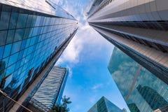La perspectiva de rascacielos se eleva y del edificio del negocio en el ANG bajo Fotos de archivo libres de regalías