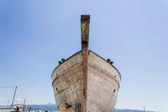 La perspectiva tiró del barco de pesca de la parte delantera en la tierra para pintar del tronco en Lesvos, Kalloni fotografía de archivo