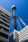 La perspective de la grue de Sydney Tower et du centre d'affaires Photographie stock libre de droits