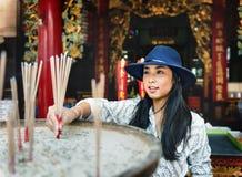 La pertenencia étnica asiática cree concepto casual tranquilo de la ciudad del verano Imagen de archivo
