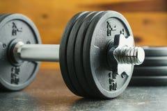 La pesa de gimnasia del metal imagenes de archivo