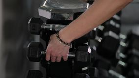 La pesa de gimnasia de elevación del entrenamiento de la fuerza de la mujer del gimnasio carga conseguir lista para el entrenamie metrajes
