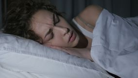 La pesadilla, hembra durmiente se despierta por sueño asustadizo almacen de metraje de vídeo