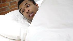La pesadilla, hombre africano durmiente se despierta por sueño asustadizo almacen de metraje de vídeo