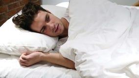 La pesadilla, hombre durmiente se despierta por sueño asustadizo almacen de video