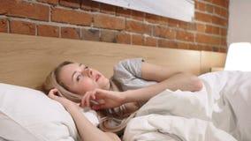 La pesadilla, mujer durmiente se despierta en choque por sueño asustadizo almacen de video