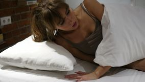 La pesadilla, mujer durmiente se despierta por sueño asustadizo almacen de metraje de vídeo