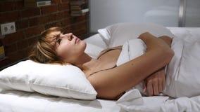 La pesadilla, mujer durmiente se despierta por sueño asustadizo imagenes de archivo