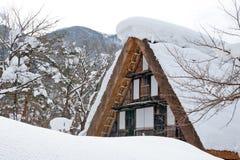 La Pesado-Nieve adentro Shirakawa-va Imagen de archivo