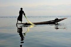 Pescando sul lago Inle, Myanmar Fotografie Stock