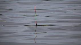 La pesca del galleggiante ballonzola sulle onde stock footage