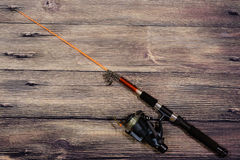 La pesca del giro miente en un fondo de madera Fotos de archivo libres de regalías